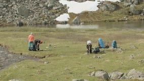 Trouxas do bloco dos caminhantes no acampamento das montanhas noruega video estoque