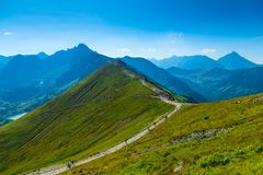 Trova τουριστών σε Kasprowy Wierch στην κορυφογραμμή του βουνού Τ στοκ φωτογραφία με δικαίωμα ελεύθερης χρήσης