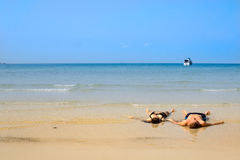 Trovandosi nel terra-lavaggio su una spiaggia di bontà Immagini Stock