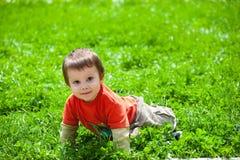 Trovandosi nell'erba Fotografia Stock Libera da Diritti