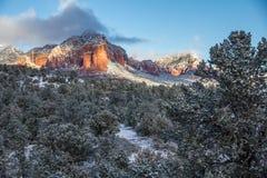 Troveje a montanha no alvorecer após a neve fresca, Sedona Imagens de Stock