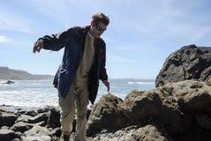 Trovi il vostro equilibrio alla spiaggia Immagini Stock Libere da Diritti