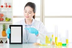 Trovi le informazioni su Internet per il modifica genetico della compressa digitale Fotografia Stock Libera da Diritti