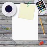 Trovi sullo smartphone di legno del pavimento e sulla carta vuota Fotografia Stock