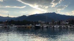 Trow do nascer do sol do espaço livre do verão as montanhas no porto com muito iate dos barcos no timelapse video estoque