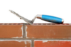 Trowel auf neuer Backsteinmauer Stockfoto