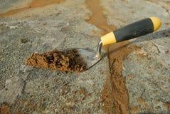 Trowel e cemento. fotografia stock