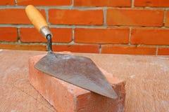 Trowel em um tijolo. Fotografia de Stock Royalty Free