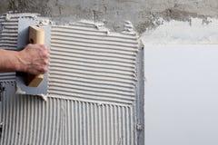 Trowel entalhado construção com cimento branco foto de stock