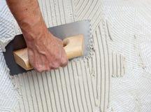 Trowel entalhado construção com cimento branco imagens de stock