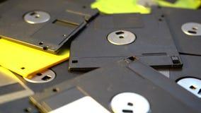 Trowing herauf alten DiskettenRechenzentrum-Konzepthintergrund, Stapel von Disketten in einem Abfall, überholte Berechnungstechno stock footage