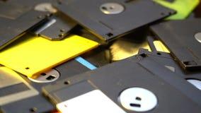 Trowing herauf alten DiskettenRechenzentrum-Konzepthintergrund, Stapel von Disketten in einem Abfall, überholte Berechnungstechno stock video footage