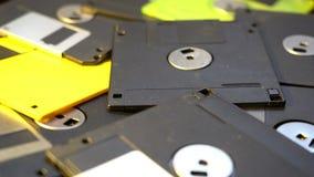 Trowing w górę starego dyskietki centrum danych pojęcia tła, stos opadający dyski w śmieciarskim, przestarzały oblicza technologi obraz stock