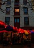 Troy NY LOS E.E.U.U. - escena de la calle del café con las faldas encendidas coloridas por la tarde fotografía de archivo libre de regalías
