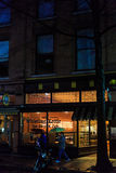 Troy NY USA, April 12, 2017 i stadens centrum Troy NY på en regnig natt med shoppar, stänger, konstmusem och restauranger Royaltyfria Foton
