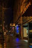 Troy NY USA, April 12, 2017 i stadens centrum Troy NY på en regnig natt med shoppar, stänger, konstmusem och restauranger Royaltyfri Bild