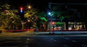 Troy NY van de straatscène bij nacht met auto's Stock Foto's