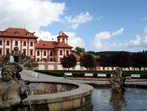 Troya Schloss, Brunnen, Prag Stockfotos