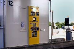 Troyes, França - 27 de julho de 2018: Uma máquina automática do pagamento do pedágio operada por APRR, na barreira de uma estrada foto de stock royalty free