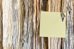 Trozo de papel en blanco atado en una pared de madera vieja foto de archivo libre de regalías