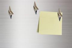 Trozo de papel en blanco atado en una superficie de aluminio brillante con las armas encubiertas del ninja japonés fotos de archivo