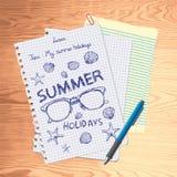 Trozos de papel desiguales de notas con los bosquejos del tema de las vacaciones de verano, mintiendo en el escritorio Imagenes de archivo