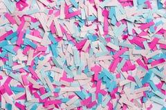 trozos de papel en colores rosados y azules Imagen de archivo