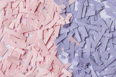 trozos de papel en colores rosados y púrpuras Imagenes de archivo