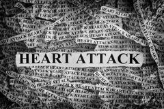 Trozos de papel rasgados con el ataque del corazón a la palabra Imagenes de archivo