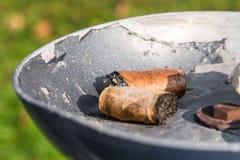 Trozos del cigarro en un cenicero Fotos de archivo