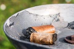 Trozos del cigarro en un cenicero Foto de archivo libre de regalías