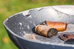 Trozos del cigarro en un cenicero Fotografía de archivo