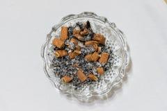 Trozos y ceniza del cigarrillo imagenes de archivo
