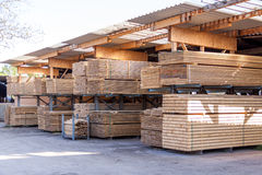 Träpaneler som lagras inom ett lager Arkivfoto