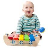 Tröpfelndes Baby, das mit Xylophone spielt Lizenzfreies Stockfoto
