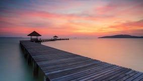 Träpir mellan solnedgången i Phuket Royaltyfria Bilder