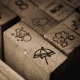 Trärubber stämplar med meteorologisymbolsymboler Royaltyfri Bild