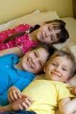 Três crianças que têm o divertimento Fotografia de Stock