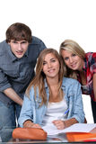 Três estudantes universitários felizes Fotografia de Stock
