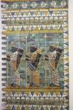 Três guerreiros na parede antiga de Babylon Fotografia de Stock