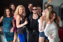 Três homens e seis meninas têm o divertimento Fotos de Stock Royalty Free