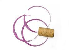 Três manchas e cortiça do vidro de vinho tinto Fotografia de Stock