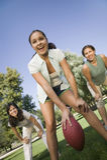 Três mulheres que jogam o futebol americano Fotos de Stock