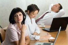 Três trabalhadores novos do ofiice em um descanso curto Fotografia de Stock
