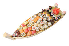 Träskepp med sushi och rullar Royaltyfri Bild