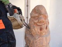 Träskulpturkonstnär på arbete Arkivbild