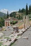 Trésor athénien et le Stoa des Athéniens à Delphes, Grèce Photographie stock libre de droits