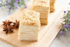 Tårta Napoleon av puffbakelse med gräddfil Royaltyfri Foto