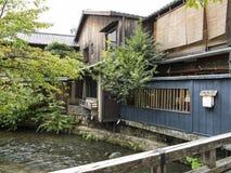 Trätraditionella hus längs den Shirakawa kanalen i gamla Gion Arkivbilder