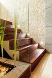 Trätrappa i lyxig lägenhet Royaltyfri Foto